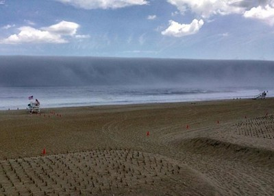 岸邊驚見海嘯!先拍照上傳...還不快逃!!