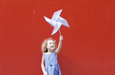 街頭發現各國旗創意!玩個風車就變香港旗