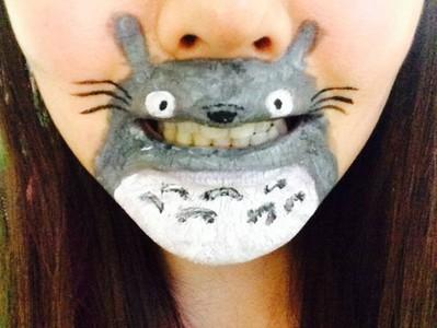 經典卡通唇體彩繪,龍貓露牙對你笑了