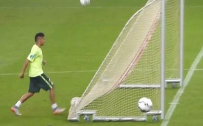 內馬爾球門後方右腳一踢…還真入網了!
