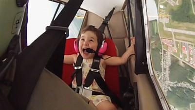 小蘿莉搭特技飛機,360度旋轉一路嗨不停