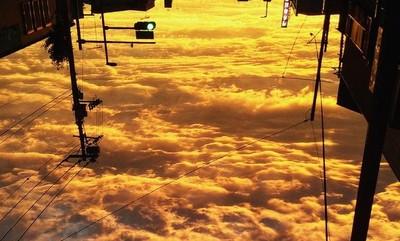 倒著看夕陽燃燒的雲海,再一步就能抵達仙境