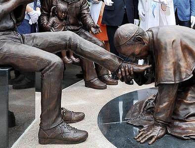 韓國製作一尊神聖銅像,痾...教宗怎麼在吻腳
