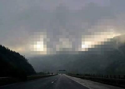 公路對面的山嵐好漂亮…不對!雲是不是怪怪的?
