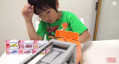 3歲日本小正太玩車拍片  媽媽粉:愛死他的認真