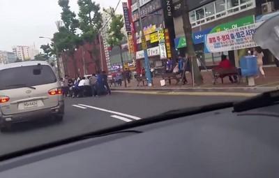 見女學生捲車底,所有路人團結一心抬車救人