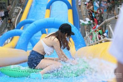 夏天就是要玩水!放膽往新村大馬路滑下去吧~