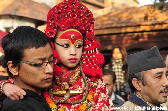 尼泊爾「活女神」也怕地震 破戒落地拔腿逃