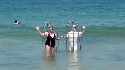 夫妻帶自製防鯊籠游泳..救生員傻掉了
