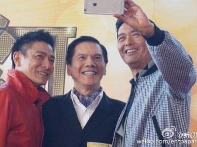 周潤發拉劉德華玩自拍 保鑣「龍五」也乖乖露齒笑了!