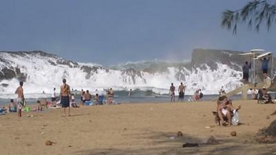 海浪從上面打下來!封閉式海灘每天都像海嘯來襲