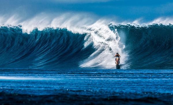 ▲羅比馳騁在大溪地的海上。(圖/翻攝自Robbie Maddison臉書)