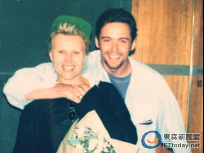 金鋼狼曬19年前摟妻蜜月照 網友:臉變,甜蜜笑容沒變