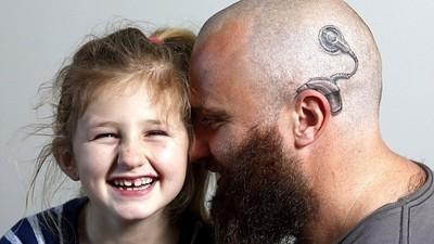 爸爸的特別刺青,源自他戴電子耳的女兒