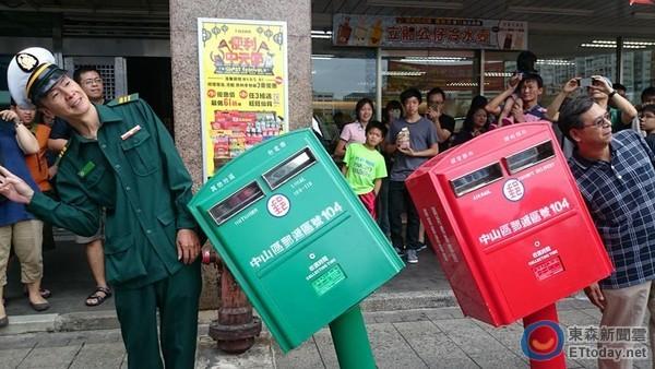 「歪腰郵筒」吸引許多民眾拍照。(圖/記者游琁如攝)