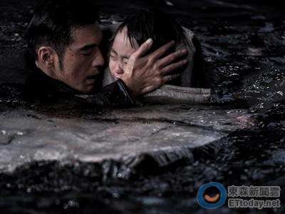 金城武搶救溺水女童!《太平輪》被持刀男「壓頭」入海