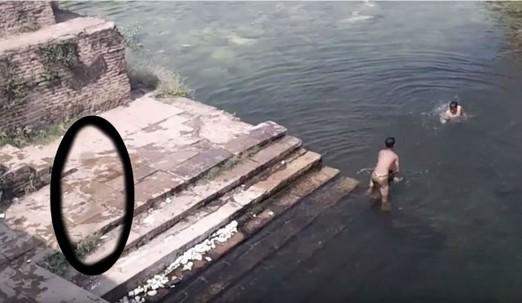 印度遺跡3童歡樂戲水 一旁鬼影竟助跑...緩緩跳入水中