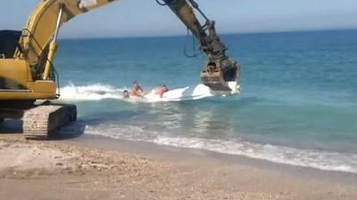 原來挖土機是遊樂器材?造浪、雲霄飛車還能玩香蕉船