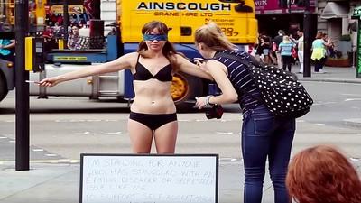 失調女孩裸身實驗,路人一人一❤替她重拾自信