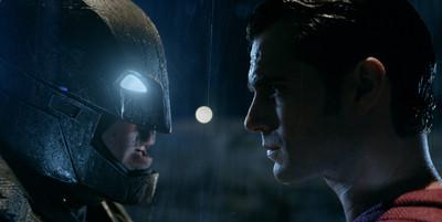 本是今夏夯片....《蝙蝠俠對超人》延期上映的真正主因