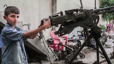 12歲的時候你在幹嘛?這位庫德族少年在修理重機槍