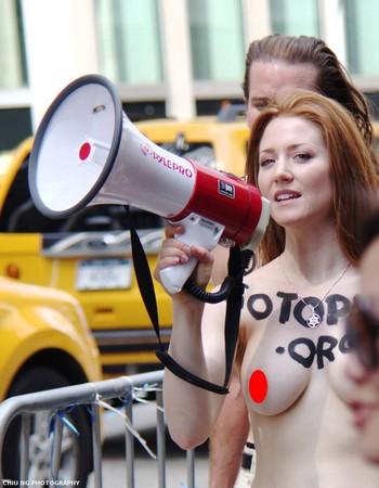 ▼裸露上身在紐約是合法的。(圖/翻攝自Chiu Ng Photography臉書)