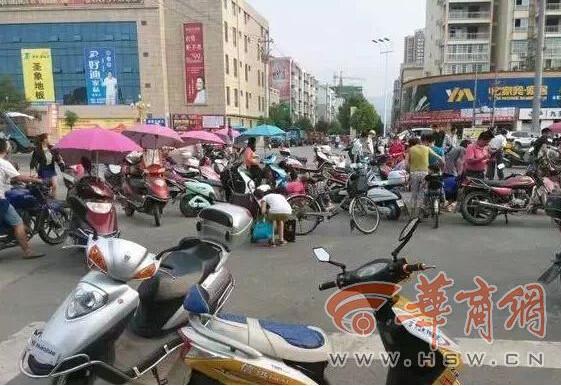 ▲大批民眾在馬路上「撿金」。(圖/翻攝自華商網)