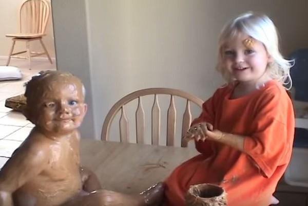小姊姊幫弟弟塗花生醬…欸怎麼塗在身上啦!(抹)