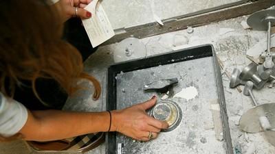 小夫妻整修廚房,發現地板埋藏神祕保險箱
