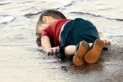 《查理》惡搞3歲伏屍難民童是性侵犯