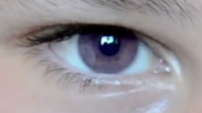 紫羅蘭眼睛男孩對望中,姊淪陷迷幻魔力出不來