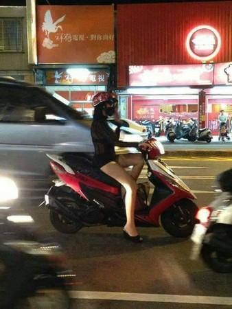 好「胸」!女騎士車沒裝後照鏡 網友:重點是車頭燈