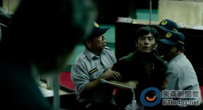 影/宥勝衝進市議會嗆議長 遭3名警察突襲包圍攔截