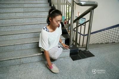 「半身女孩」1隻手穿鞋走進大學