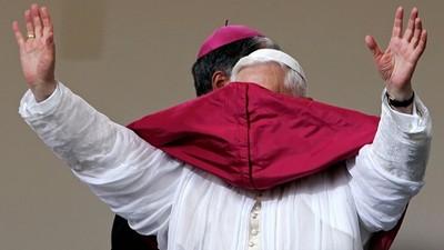 教宗也有喬不攏的事!唉唷怎麼一秒變傘蜥蜴啦