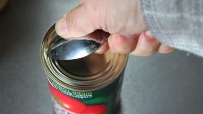 罐頭拉環掉了怎麼辦?只要一根湯匙照樣能開