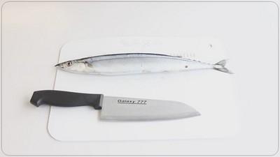 料理裏技!教你10秒去除秋刀魚內臟的方法