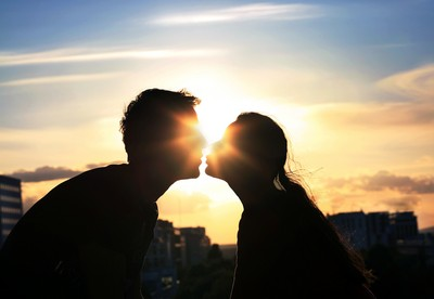 好甜?情人節「喇舌」表愛意 根本互餵對方「吃細菌」