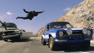 看到肩上有蜘蛛,婦女跳車逃跑…不過小孩還在車內啊