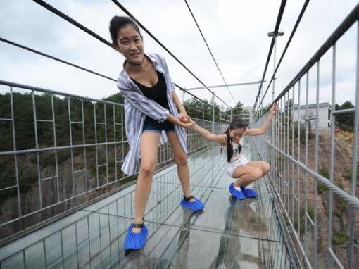 穿鞋套走湖南高空玻璃吊橋 熱褲正妹嚇到腿軟