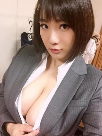 AV女優喝水不用手澀谷果步(圖/澀谷果步推特)