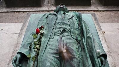 巴黎墓園裡的記者銅像…為啥這一塊被摸得特別亮?