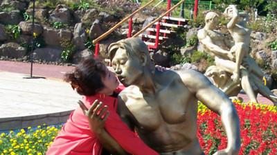 寂寞嗎?就讓Kiss銅像來滿足你…但大媽手放哪