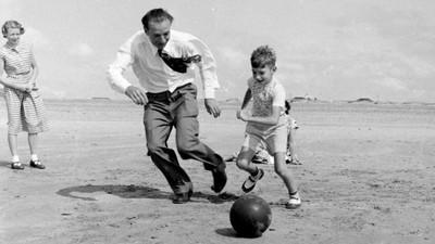 50年代海灘上玩什麼?穿西裝踢球是哪招