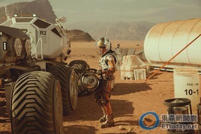 麥特戴蒙穿18公斤太空衣 時速104公里下「逆轟高灰」