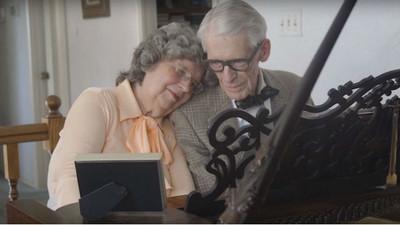 結婚60年,老夫妻用琴聲重現《天外奇蹟》感動