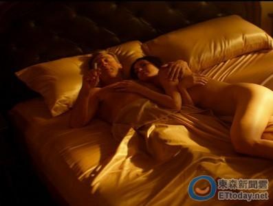 72歲勞勃狄尼洛再當硬漢 性感女星全裸躺身邊