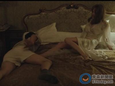 「史密斯夫婦」合體!安潔莉娜裘莉床上狂踹布萊德彼特