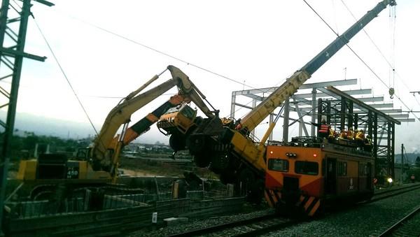 台鐵電車線斷裂,苗栗竹南清晨僅能單線通行。(圖/翻攝自fun臺鐵臉書)