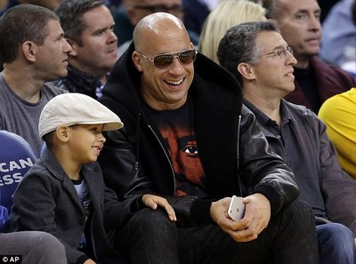 馮迪索現身NBA 不看球賽緊盯兒子燦笑父愛滿溢
